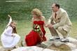 canvas print picture - Brautpaar mit seiner Tochter am Seeufer
