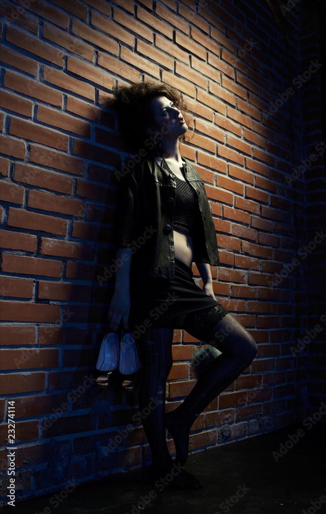 Проститутка у стены толстые проститутки тюмень