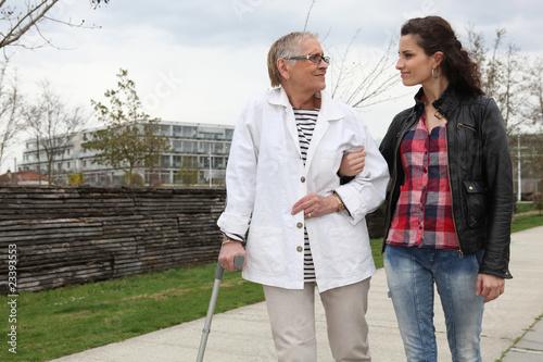 Photo Jeune femme aidant personne âgée