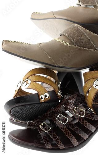 pile de chaussures, fond blanc