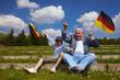 Opa und Enkel jubeln gemeinsam