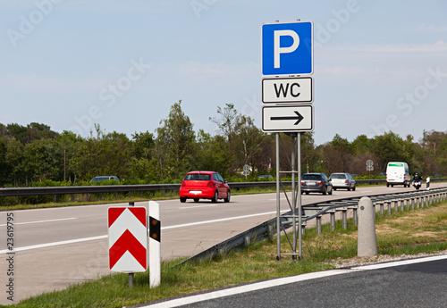 Parkhinweis an der Autobahn