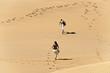 Junges Paar in der Dünenlandschaft in Gran Canaria