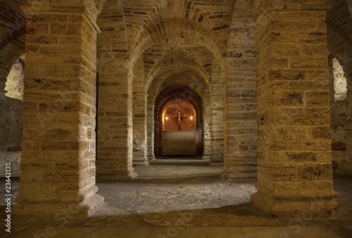 szerokie-kolumny-w-korytarzu