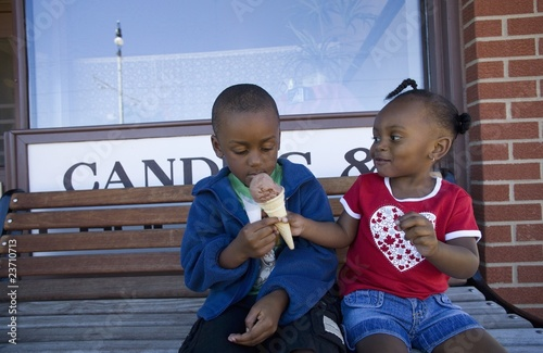 Fotografía Boy And Girl Sharing Ice Cream Cone