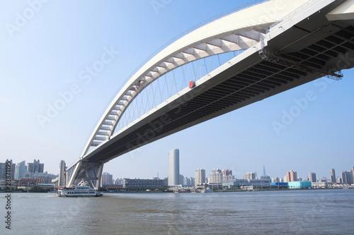 In de dag Brug modern highway bridge