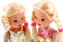 Poupées Blondes Jumelles, Fond Blanc