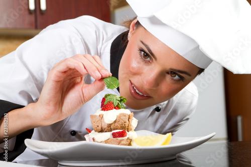 Fotobehang Restaurant chef decorating dessert