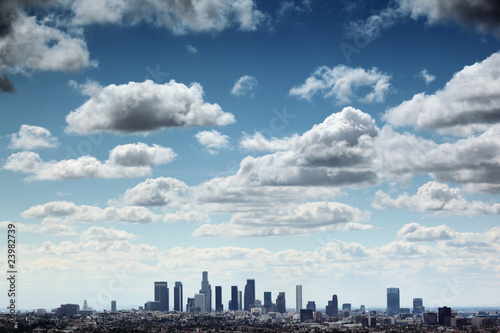 Etiqueta engomada - Downtown Los Angeles skyline under blue sky with scenic clouds