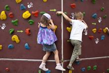 Kinder Beim Bouldern An Einer ...