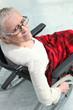 Femme senior en chaise roulante