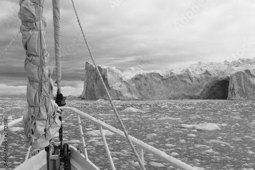 bw-zaglowiec-na-wodach-antarktycznych-o-majestatycznym-krajobrazie
