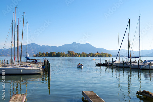 Foto-Kissen - Sailing boats parking in the Chiemsee lake pier, Germany (von juat)