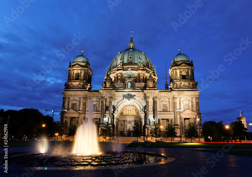 Fotobehang Volle maan the Berliner Dom in the night in Berlin