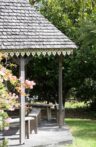 kiosque de jardin, toiture en bardeaux et lambrequins - Buy ...