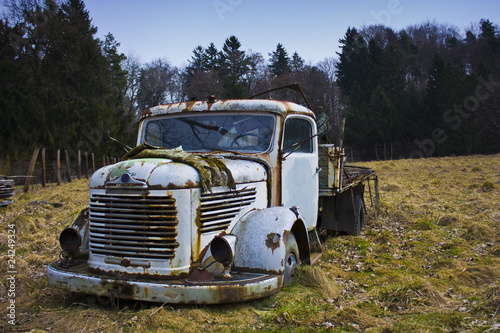 Papiers peints Route 66 Rusted vintage truck in field