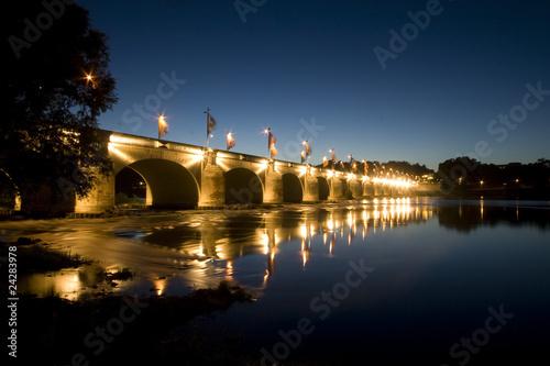 Poster Bridges Le pont Wilson à Tours de nuit en amont