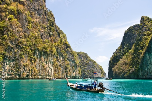 Photo Stands Black Emerald lagoon at PhiPhi Island Phuket, Thailand
