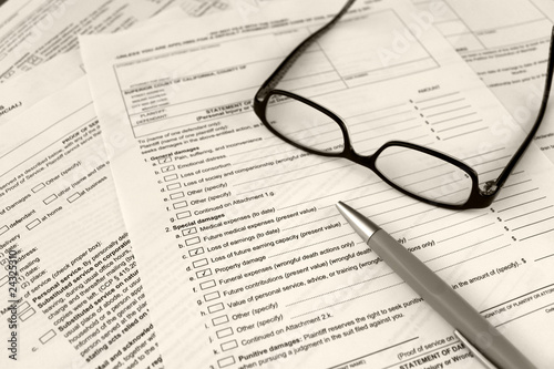 Fotografía  filling out legal court forms