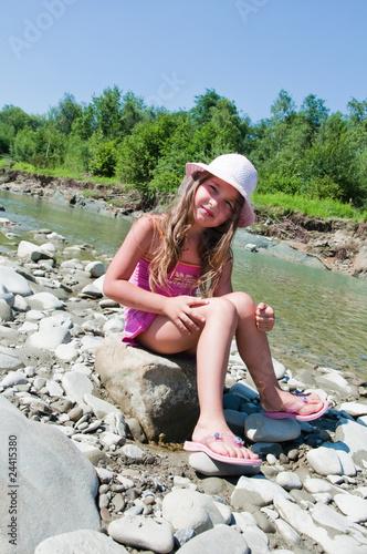 mała dziewczynka nad jeziorem - fototapety na wymiar