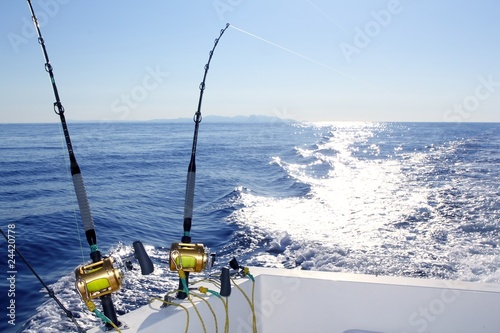 In de dag Vissen Trolling offshore fisherboat rod reels wake sea