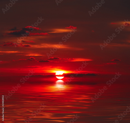Poster de jardin Rouge mauve Sunset over water