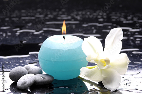In de dag Spa tiger's violet orchids and blue candle on water drops