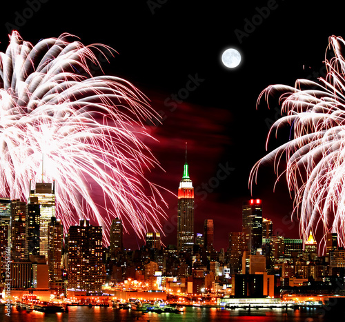 Foto op Aluminium Volle maan The New York City skyline and fireworks
