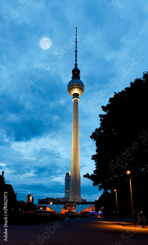 Photo Stands Full moon Berlin tv tower - fernsehturm at night