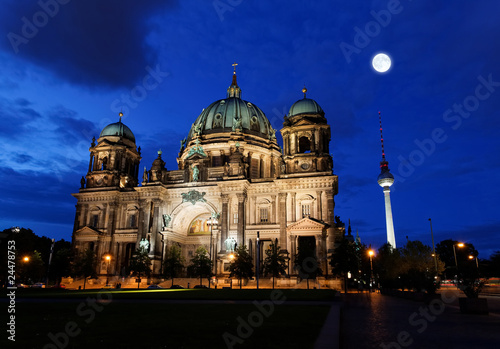 In de dag Volle maan the Berliner Dom in the night in Berlin