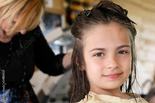Leinwand Poster fillette au salon de coiffure
