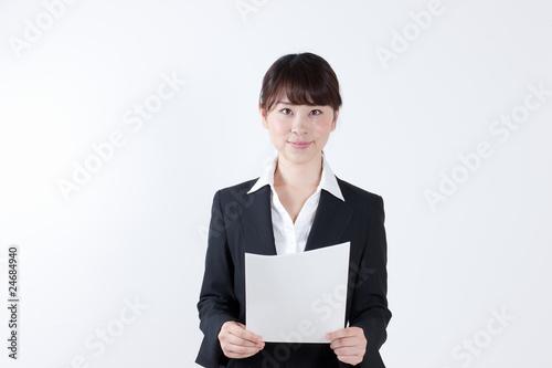 Valokuva  書類を持つ女性