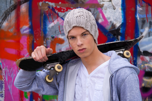 Fotografía  Cool blickender Jugendlicher Mann vor Graffiti