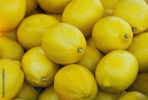 Świeże cytryny na targowisku