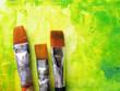 Malerpinsel vor abstraktem grünen Hintergrund
