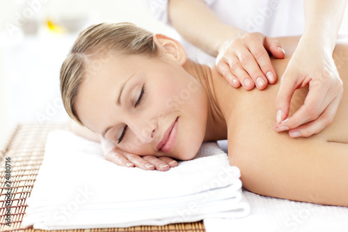 Photo Radiant woman receiving an acupuncture treatment