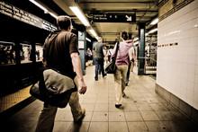 Passanten An Einer U-Bahn Station In New York City