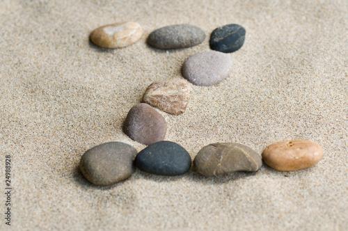 Valokuva  lettre Z en galets zen dans le sable