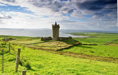 Photo  ancient old irish castle in doolin, ireland