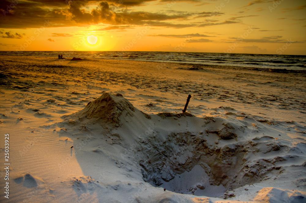 Zachód słońca na plaży nad morzem