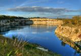 Sloneczny krajobraz jeziora i skal