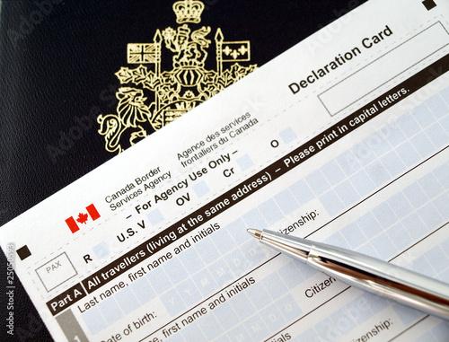 Spoed Foto op Canvas Canada Canada passport on declaration card with pen