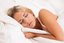 Frau Beim Schlafen Im Bett. Er...