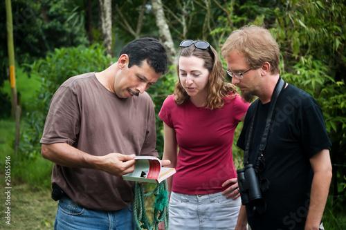Fotografia European or American tourist with nature guide in Costa Rica