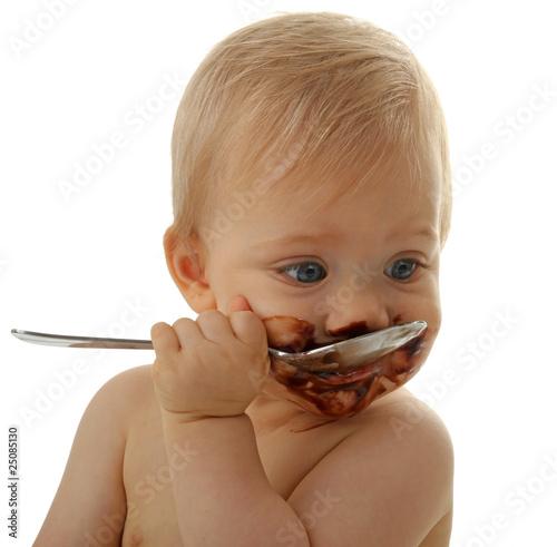 bébé en train de manger du chocolat Wallpaper Mural