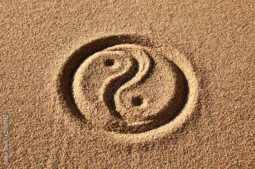 Plakat Yin i Yang w piasku