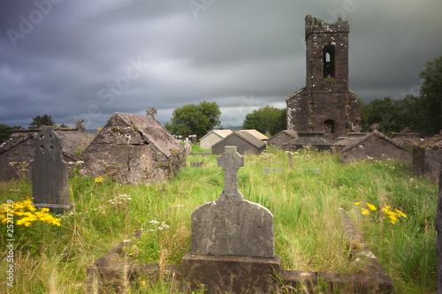 Ingelijste posters Begraafplaats Irish graveyard cemetary dark clouds