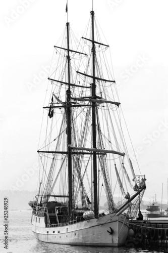 Парусное судно. Черно-белое исполнение
