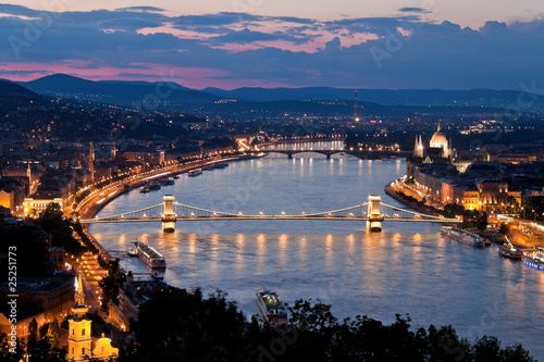 Photo  Ungarn, Budapest, Burghügel und Burg. Stadtansicht