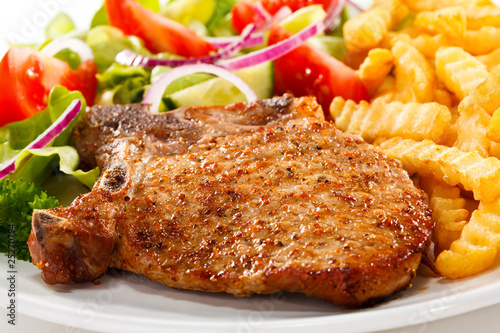 Fotografía  Fried pork chop with chips and vegetables
